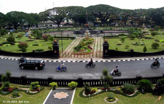 Alun-Alun Tugu Balai Kota