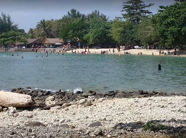 Pantai Tanjung Lesung Ramai