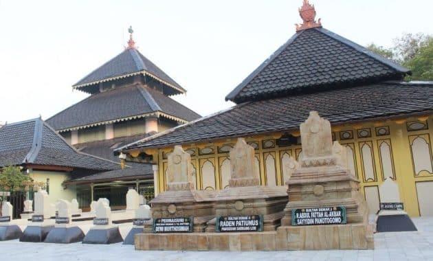Masjid-Agung-Demak-Batu