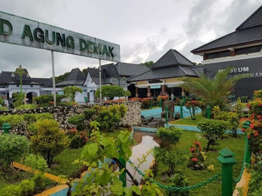 8 Foto Masjid Agung Demak Tempat Wisata Religi Populer Jawa Tengah 13