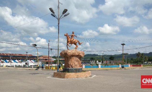 Wisata Sumba Patung Kuda Kota Waikabubak