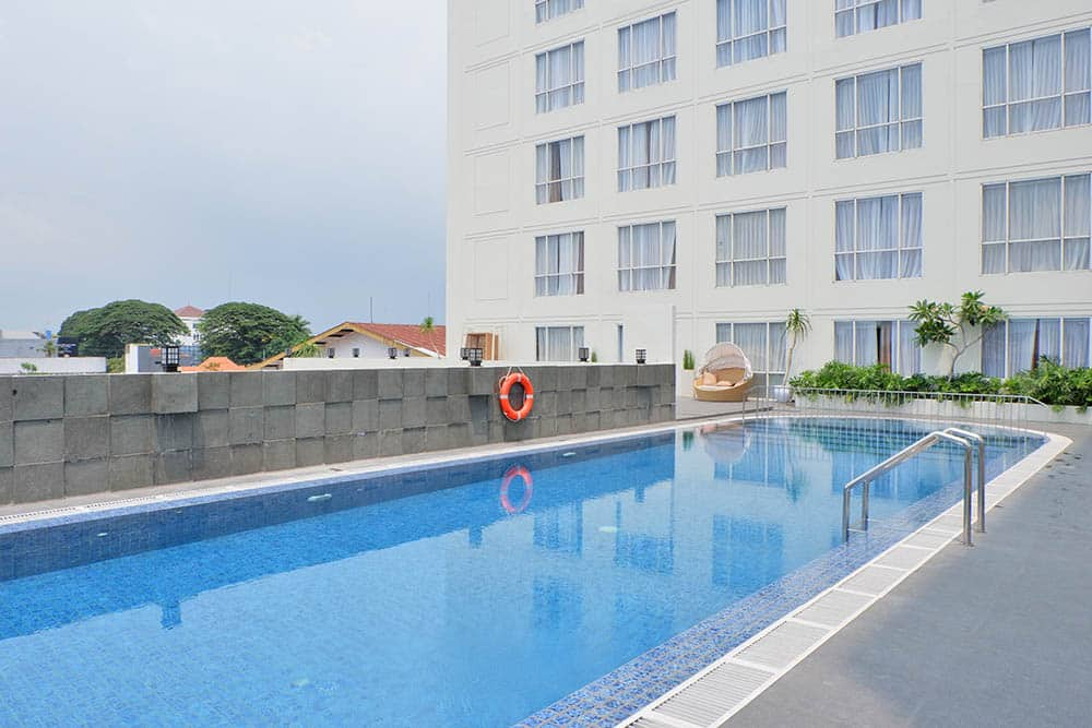 atria-hotel-swimming-pool-malang