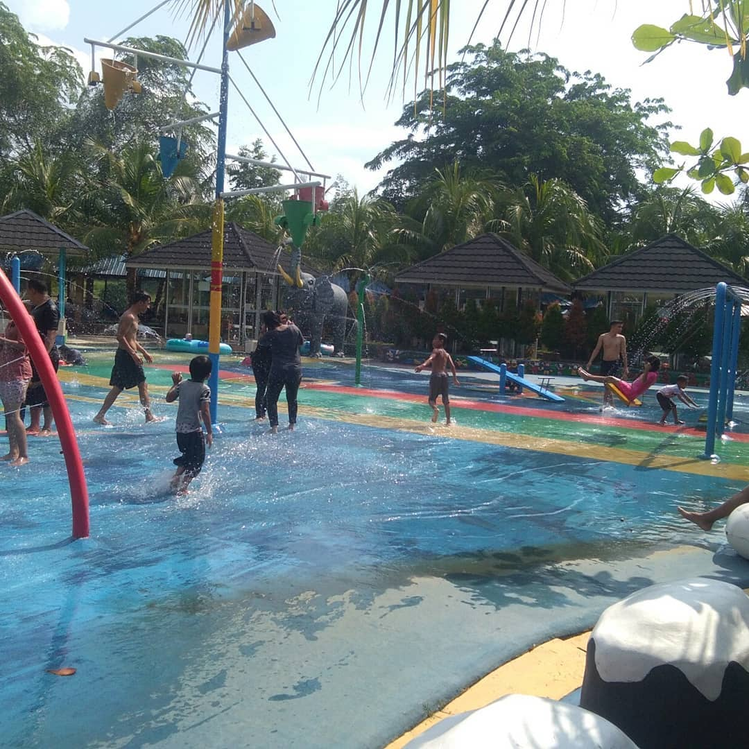 kolam-renang-hairos-waterpark-di-medan