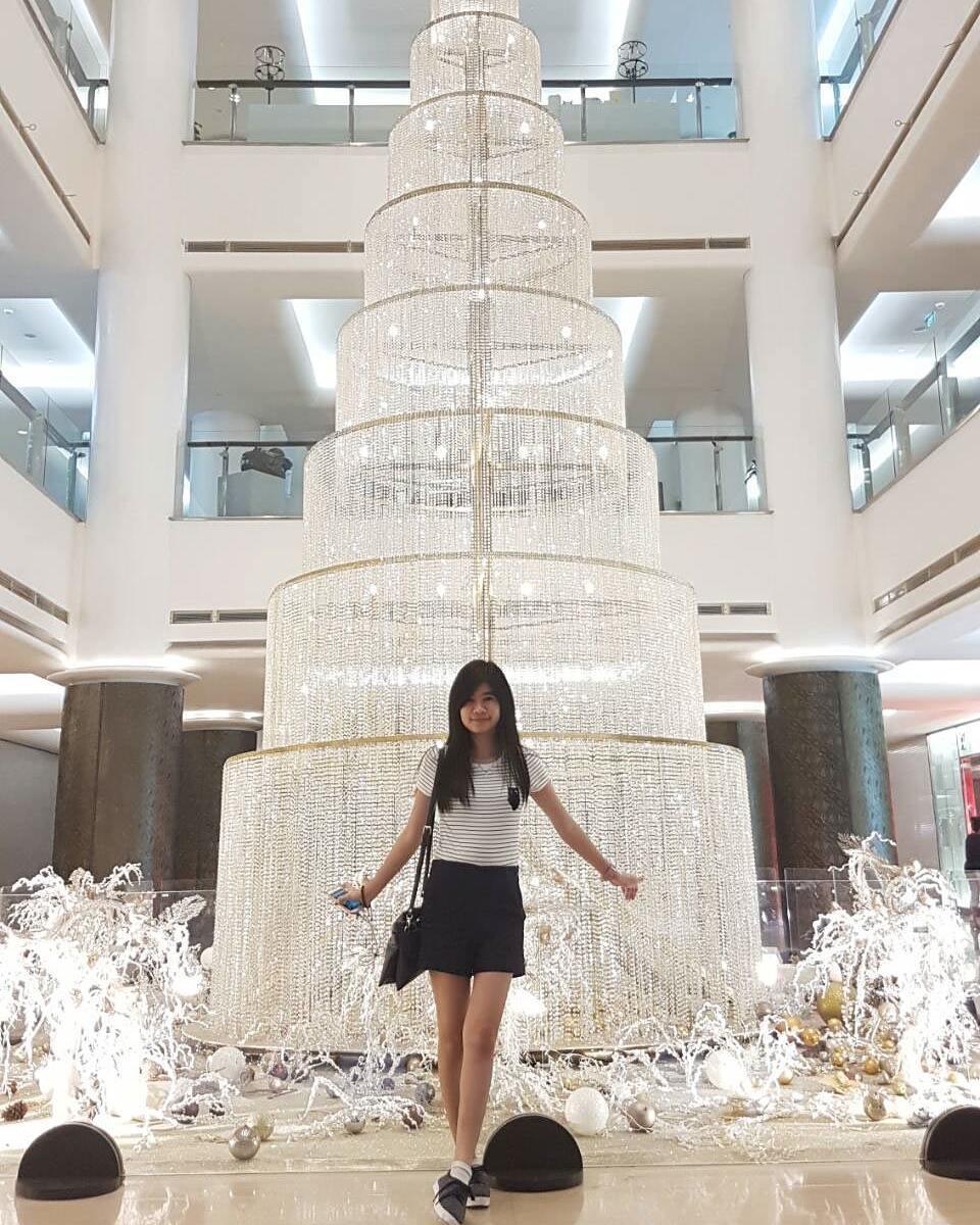 Replika Pohon Kaca di lokasi mall
