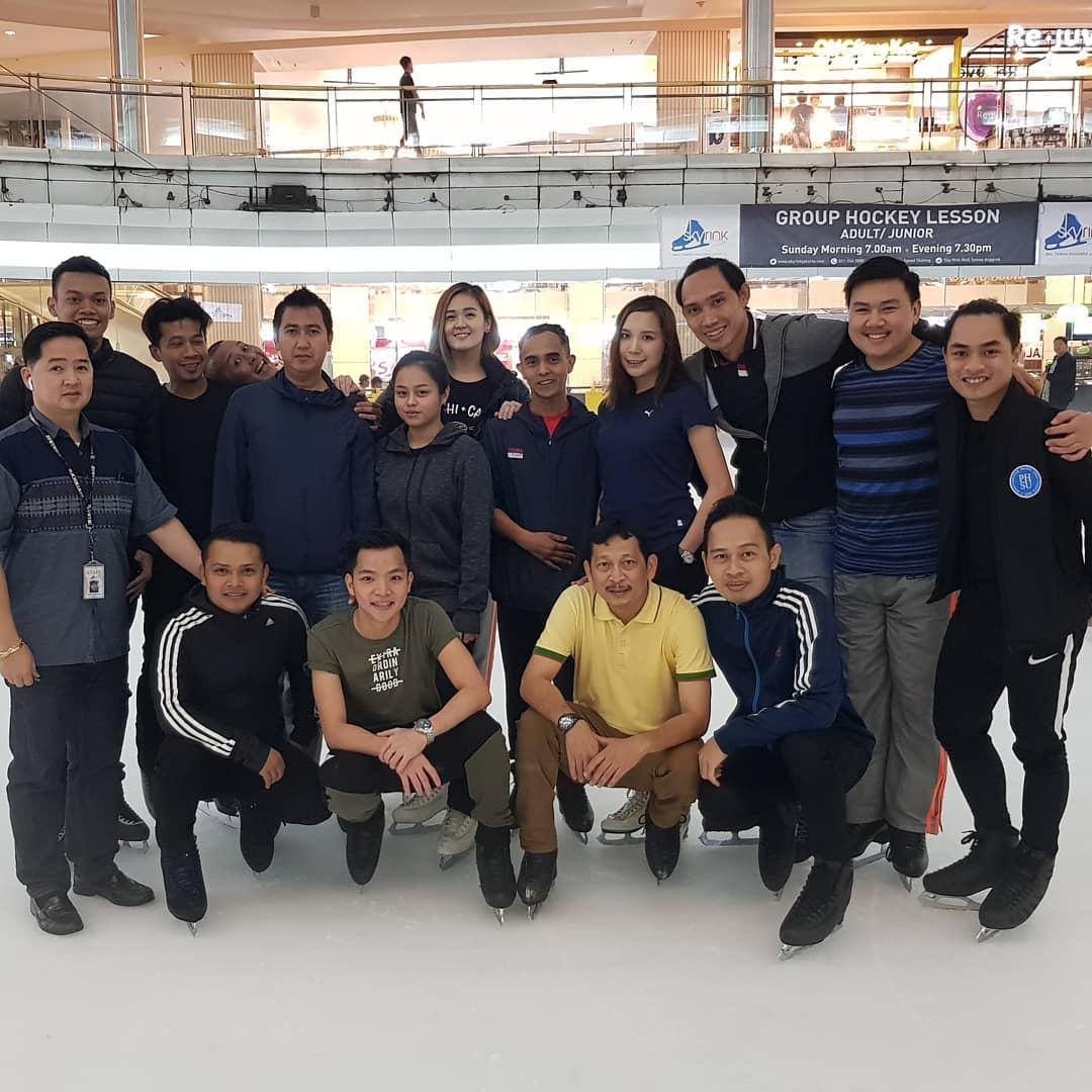 Berseluncur Di Atas Es Di Ice Skating Taman Anggrek 6