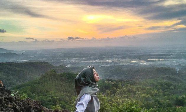 Menikmati Sunset Di Atas Watu Goyang Yang Melegenda 7