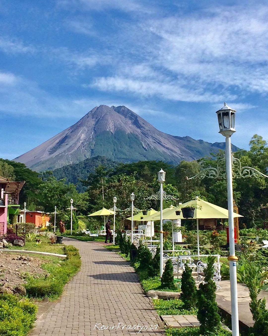 Merapi Park dengan view Gunung Merapi