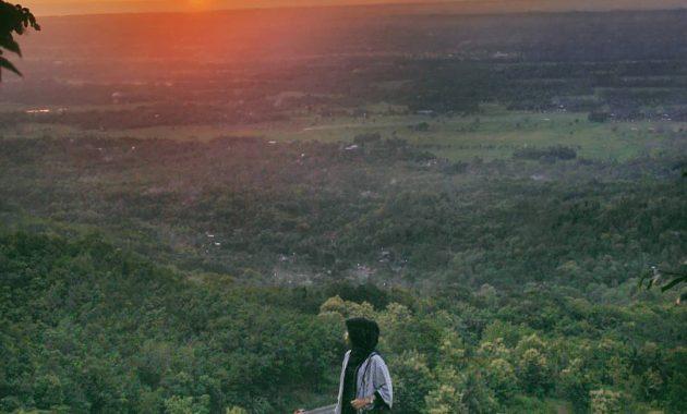 Menikmati Sunset Di Atas Watu Goyang Yang Melegenda 8