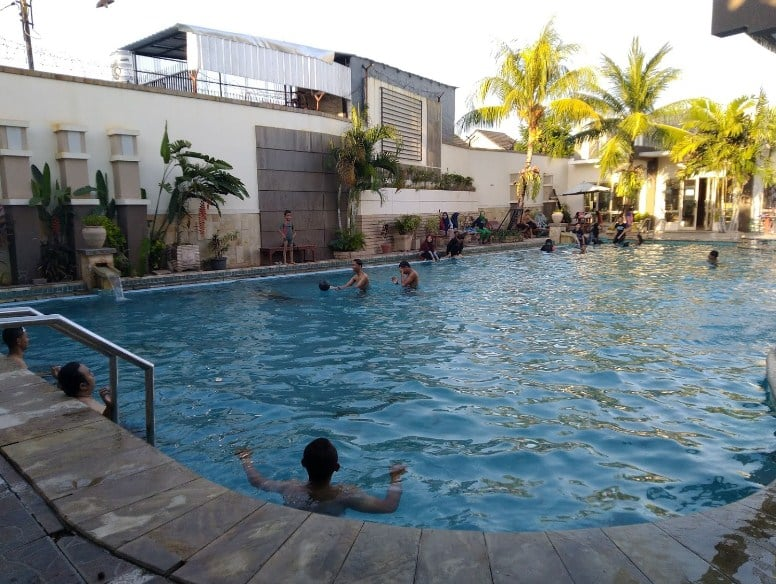 kolam-renang-permata-club-house-makassar