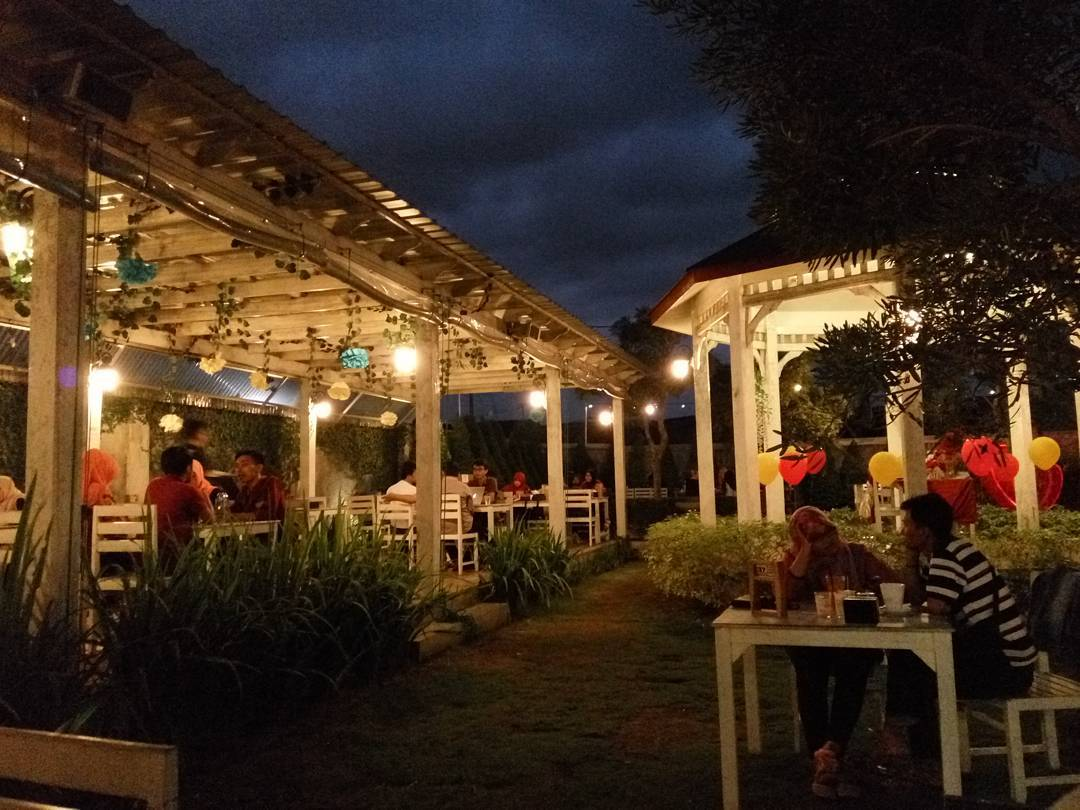 Gambar Outdoor malam hari Secret Garden Coffee dan chocolate