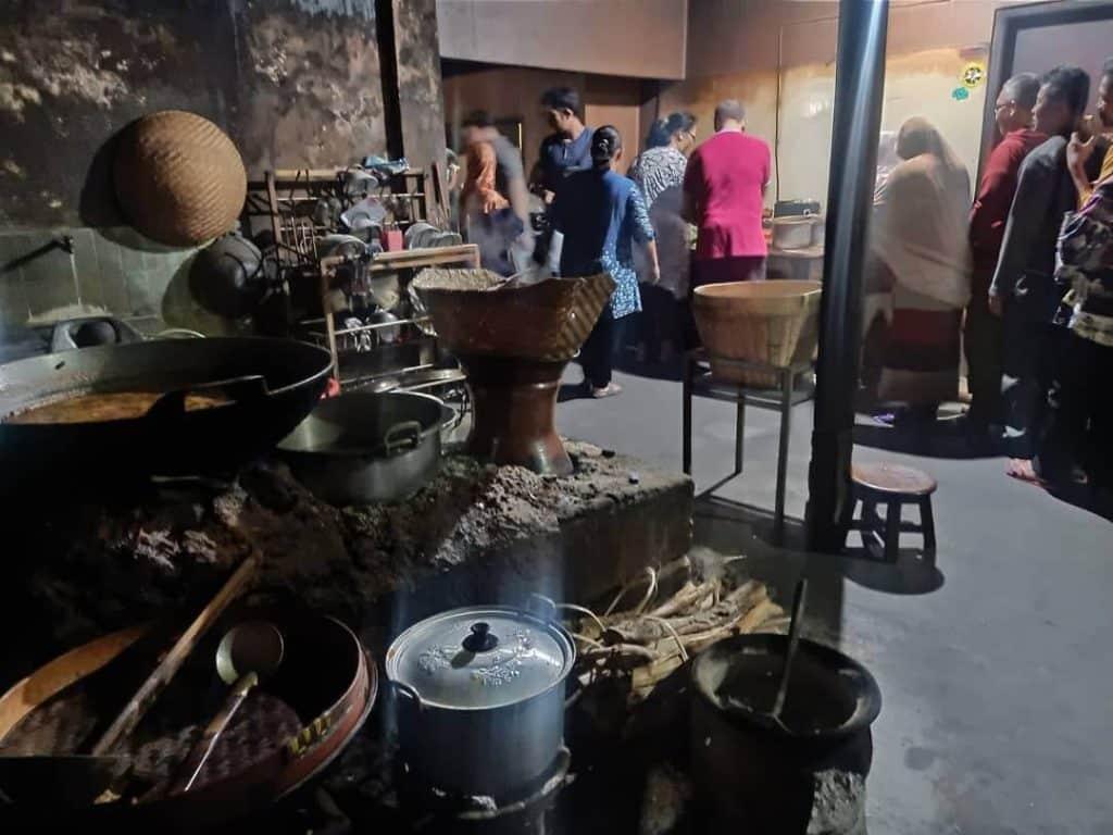 Gambar Suasana Rumah Makan Gudeg Pawon