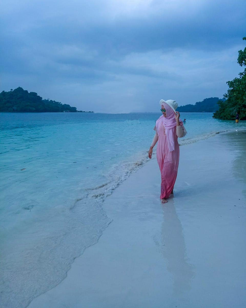 Berjalan pantai pasir putih