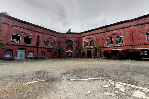 Benteng Van Der Wijck Merah