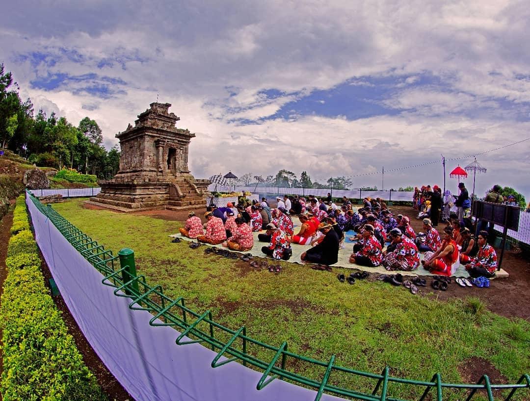 Ibadah di Candi Gedong Songo