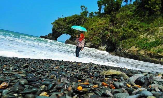Pantai Lampon Watu