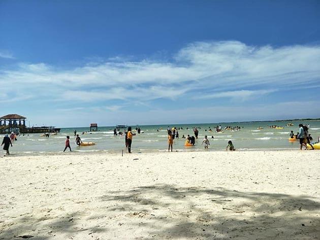Pantai bandengan banyak
